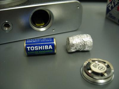 電池と大体同じ幅にアルミと丸めます。長さは適当(ある程度縮むので長めに作る)